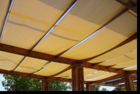 Pergolados y telas cruzadas - Cama con techo de tela ...